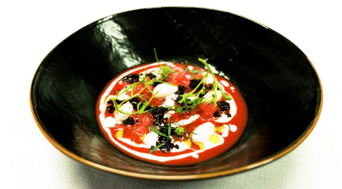 Pomodoro macerato all'olio, mandorla, pompelmo, erbe e olive di Gianluca Gorini